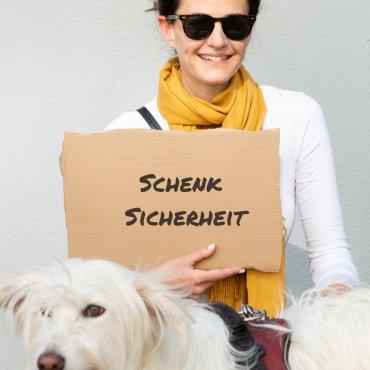 Schenk Futter für einen Hund im Obdachlosenhaus