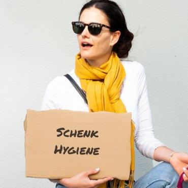 Schenk Tampons, Binden und ein Zahnbürstel für Frauen in Not