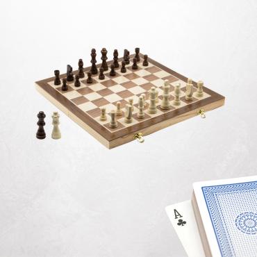 Bringt neuwertige Spielkarten und Schachspiele