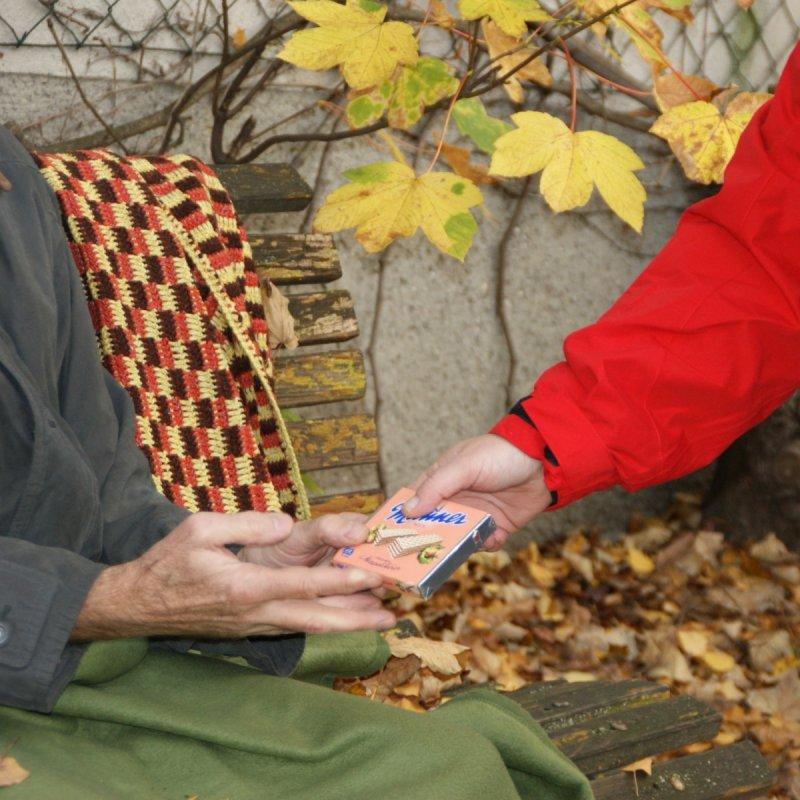 Produkte Spenden | Caritas Wien | Schenk Dosen und Wasserflaschen für obdachlose Menschen auf unserer Streetwork Tour | Caritas Wirhelfen.shop
