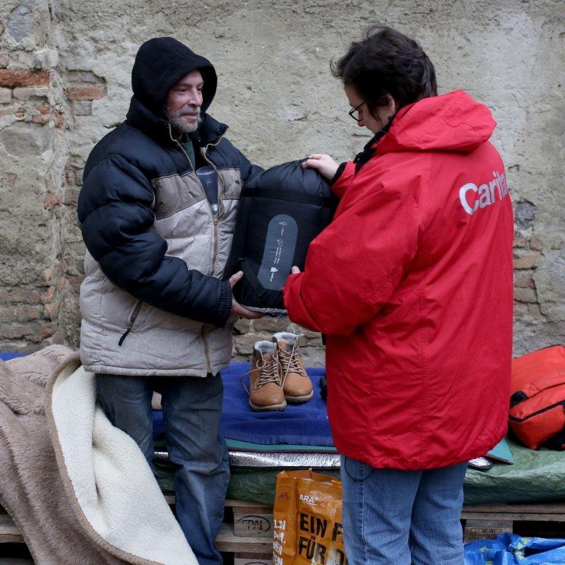 Produkte Spenden | Caritas Wien | Schenk einen Schlafsack und eine warme Mahlzeit für obdachlose Menschen | Caritas Wirhelfen.shop