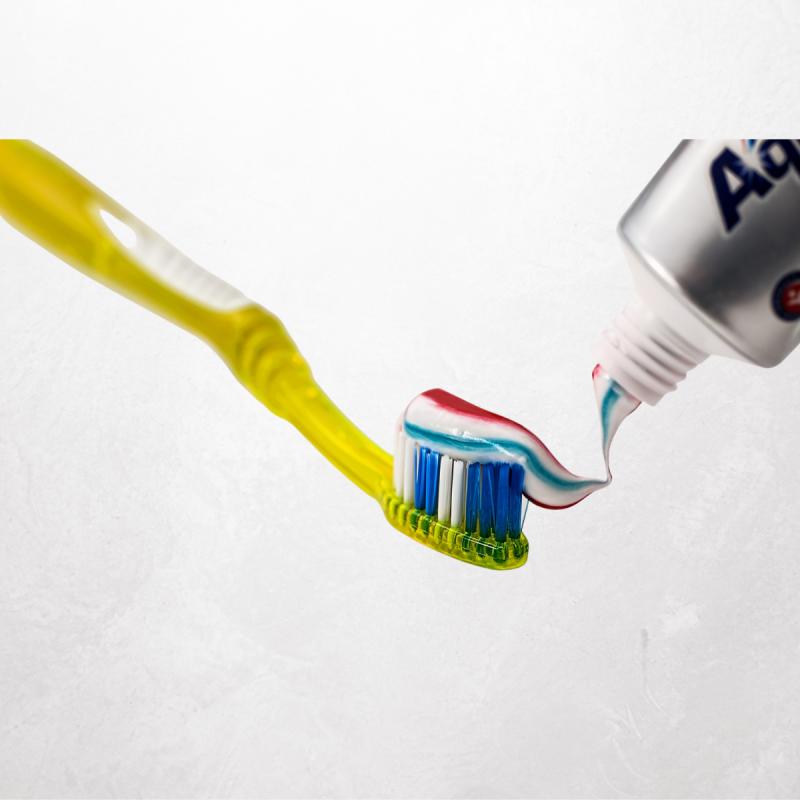 Bringt neue Zahnbürsten und Zahnpasta